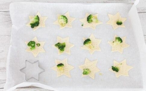 Preparazione Stelline di pasta sfoglia con broccoli, bufala e acciughe del Cantabrico - Fase 2