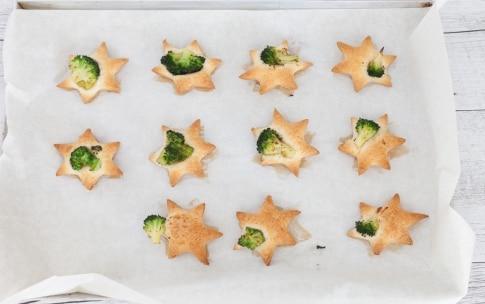 Preparazione Stelline di pasta sfoglia con broccoli, bufala e acciughe del Cantabrico - Fase 3