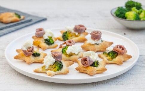 Preparazione Stelline di pasta sfoglia con broccoli, bufala e acciughe  - Fase 3