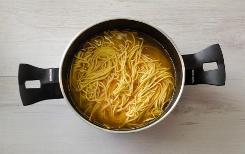 Preparazione Tagliolini in brodo di canocchie - Fase 2