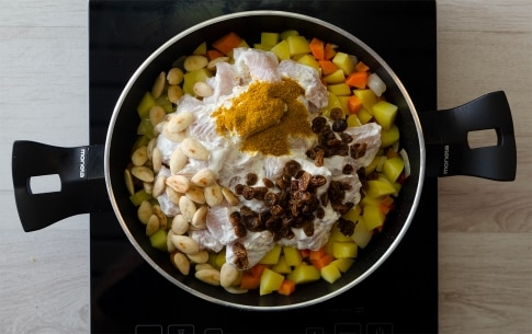Preparazione Pollo al curry con mandorle e uvetta - Fase 1