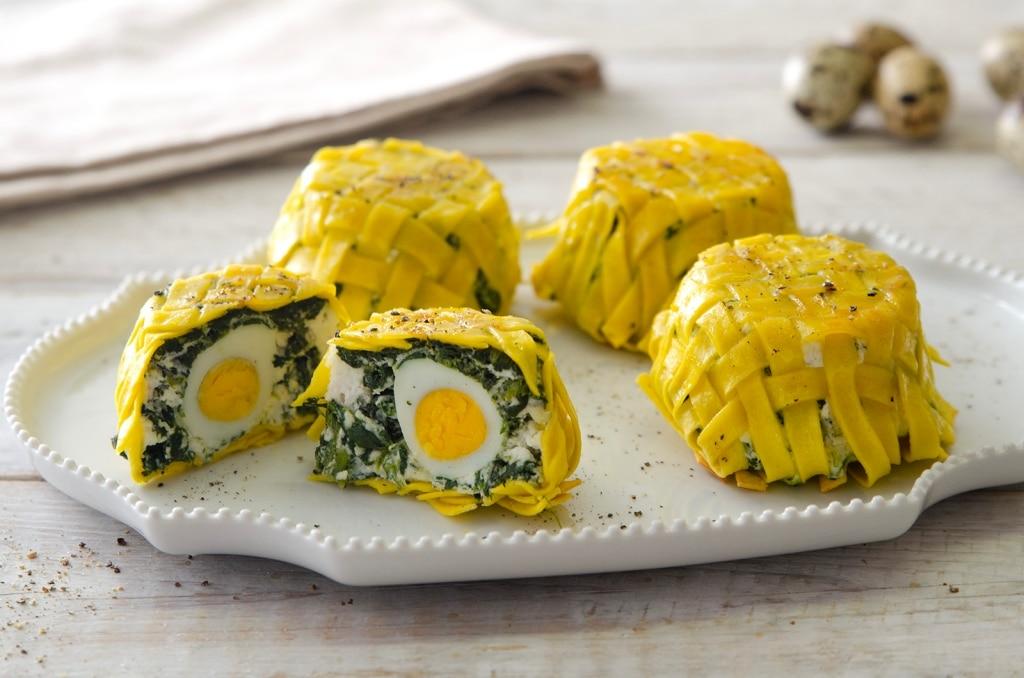 Tortini di tagliatelle intrecciate con ricotta, spinaci e uova sode