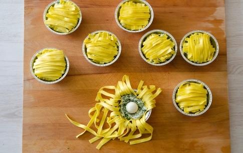 Preparazione Tortini di tagliatelle intrecciate con ricotta, spinaci e uova - Fase 2