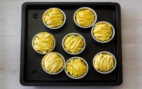 Preparazione Tortini di tagliatelle intrecciate con ricotta, spinaci e uova - Fase 3