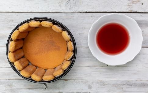 Preparazione Charlotte al cioccolato e frutti di bosco - Fase 3