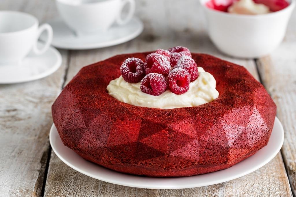 Ciambella red velvet con cream cheese e lamponi