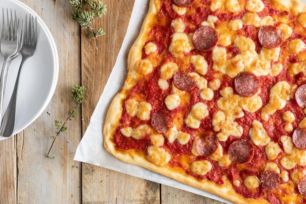 Pizza in teglia con provola e salame