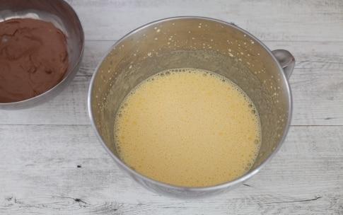 Preparazione Torta con cioccolato al latte - Fase 2