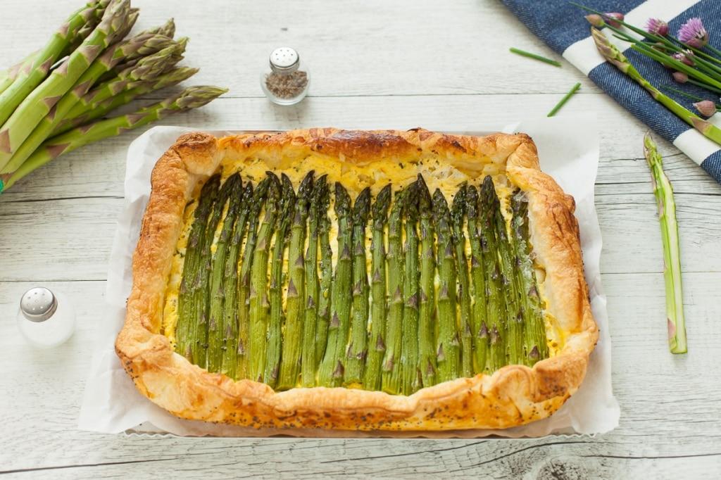 Torta salata con asparagi, ricotta, erba cipollina e gruyère