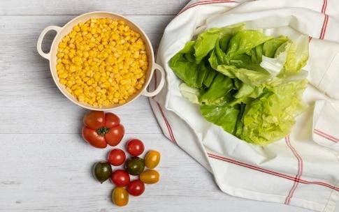 Preparazione Insalata estiva con mozzarella, pomodori e avocado - Fase 1