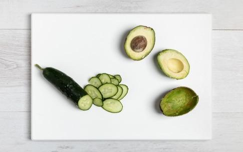 Preparazione Insalata estiva con mozzarella, pomodori e avocado - Fase 2