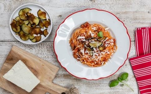 Preparazione Spaghettoni al sugo con salsiccia e melanzane - Fase 3