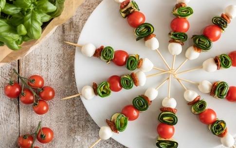Preparazione Spiedini di mozzarella, zucchine grigliate e pomodori - Fase 3
