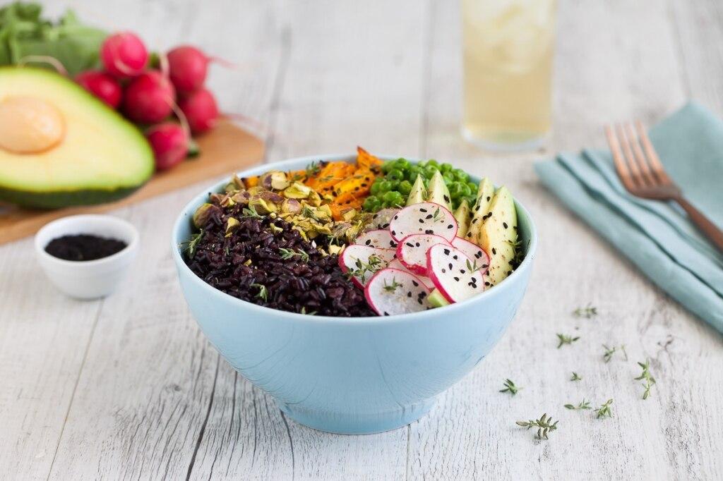 Buddha bowl di riso nero, avocado e carote arrostite