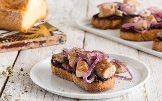Crostoni con tonno, cipolle e paté d'olive