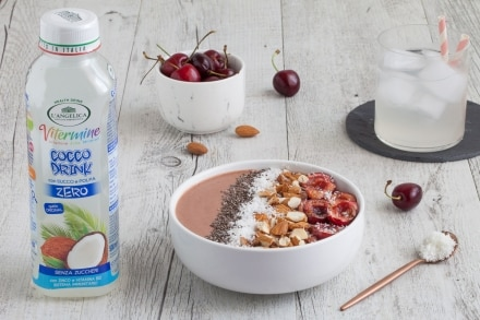 Smoothie bowl alle ciliegie e cocco
