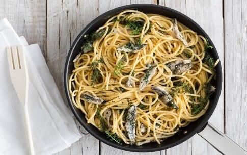 Preparazione Spaghettoni con alici, capperi e finocchietto - Fase 3