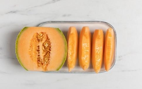 Preparazione Zuppa fredda di melone, crema di burrata e noci di macadamia - Fase 1