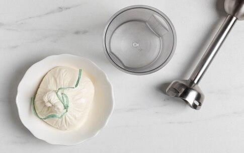 Preparazione Zuppa fredda di melone, crema di burrata e noci di macadamia - Fase 2