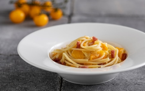 Preparazione Linguine con pomodori gialli e prosciutto crudo - Fase 3