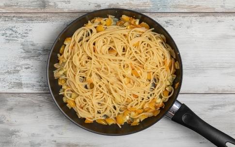 Preparazione Linguine con pomodori gialli e prosciutto crudo - Fase 2