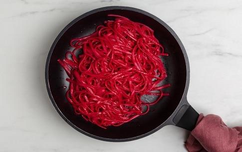 Preparazione Linguine alla barbabietola, stracciatella e nocciole - Fase 2