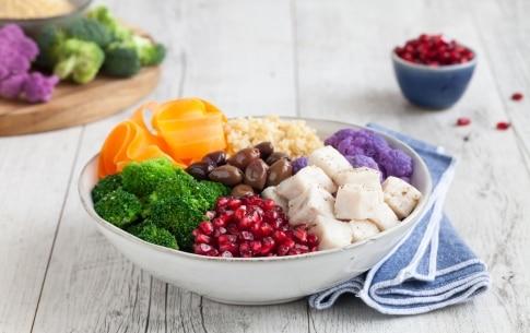 Preparazione Bowl con merluzzo, cavolo viola, bulgur, broccoli, olive taggiasche, carote e melagrana  - Fase 3