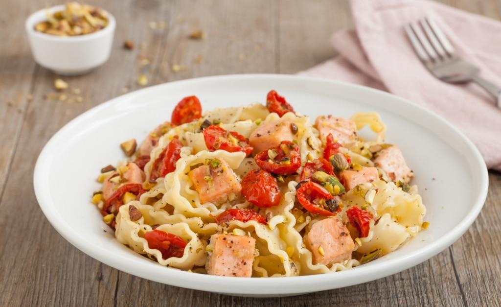 Reginette con salmone, pomodori secchi e pistacchi