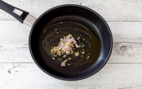 Preparazione Reginette con salmone, pomodori secchi e pistacchi  - Fase 1