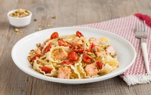 Preparazione Reginette con salmone, pomodori secchi e pistacchi  - Fase 3