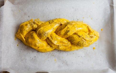 Preparazione Treccia di brioche salata farcita di salame, formaggio e noci  - Fase 5