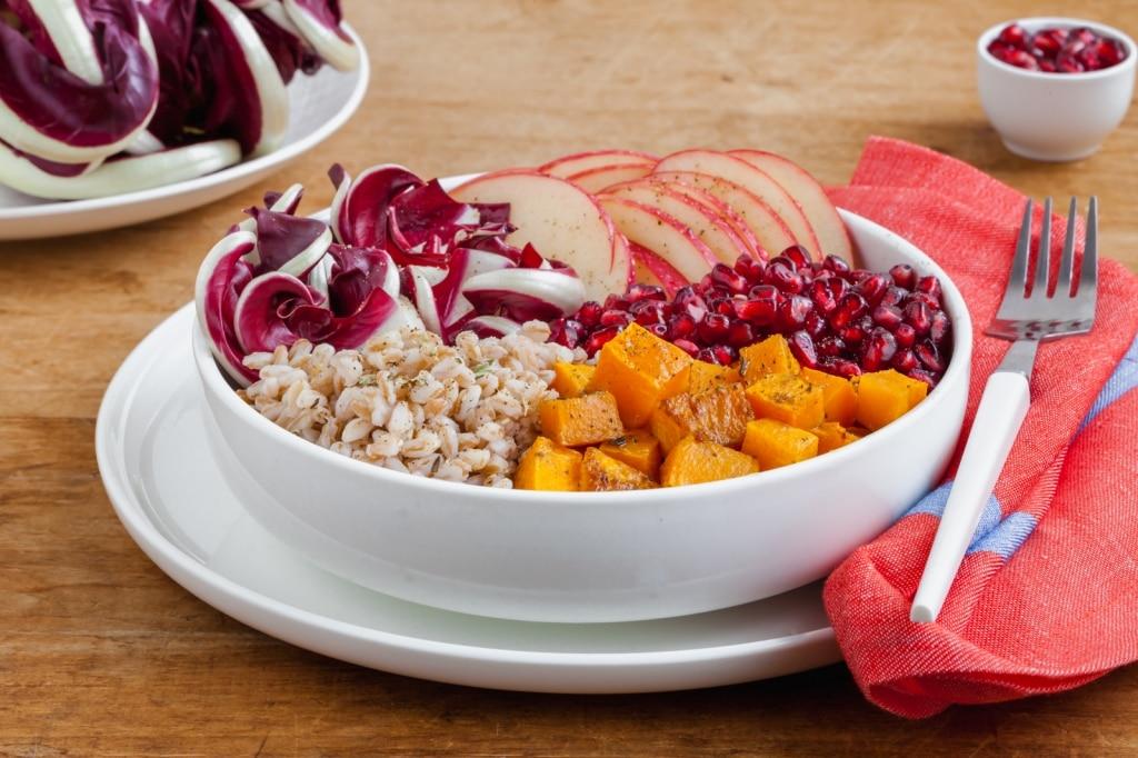 Bowl di farro con radicchio di Treviso tardivo, zucca, melagrana e mela
