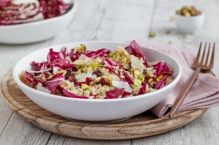Insalata di radicchio con quinoa, mirtilli rossi e pistacchi