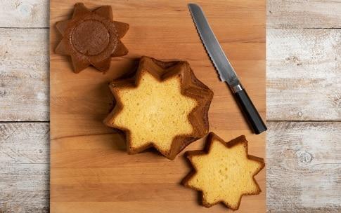 Preparazione Pandoro farcito con crema alla vaniglia e frutti di bosco - Fase 1
