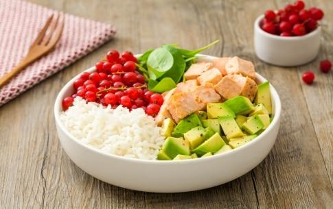 Preparazione Pokè bowl con salmone, avocado, ribes rosso, riso basmati e spinacini  - Fase 2