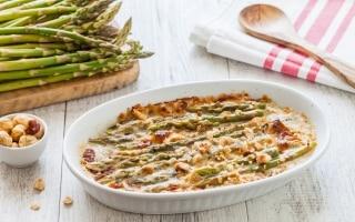 Gratin di asparagi verdi, toma e nocciole