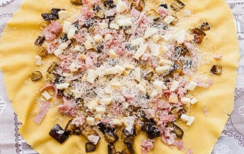 Preparazione Rotolo di pasta all'uovo ripieno con melanzane, prosciutto cotto e scamorza - Fase 4