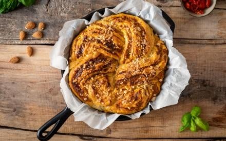 Brioche knot salata alla ricotta, pomodori secchi e mandorle