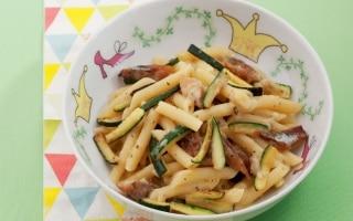 Pasta alla carbonara con sgombro e zucchina