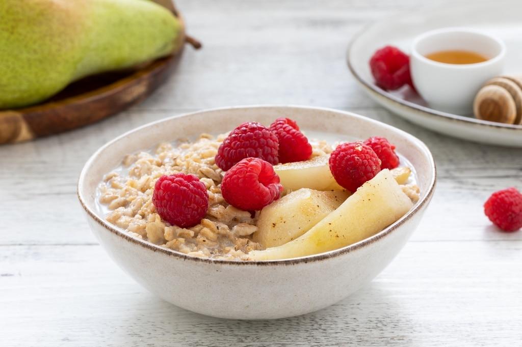 Porridge di avena alla pera dell'Emilia Romagna IGP, cannella e lamponi