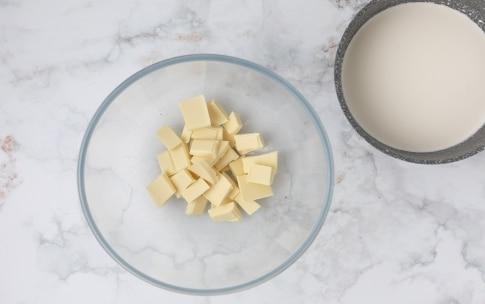 Preparazione Torta al cioccolato bianco e lamponi - Fase 2