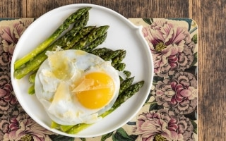 Uovo d'oca con asparagi