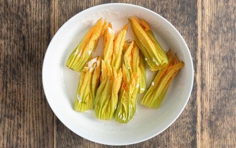 Preparazione Fiori di zucca fritti in tempura - Fase 2