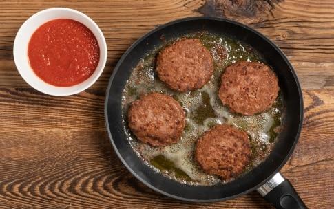 Preparazione Burger alla pizzaiola con carne a base vegetale  - Fase 1